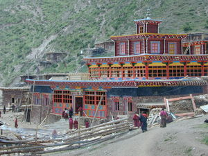 People walking to the Assembly Hall of the Lay Religious Center at Larung Gar [bla rung gar].