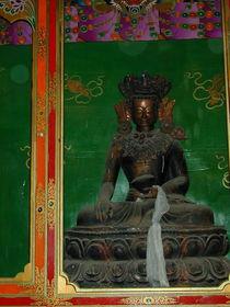 A statue of a buddha.