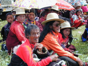 A nomad family watching a performance.