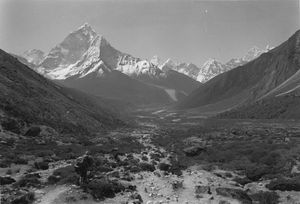 Route continuing towards Lobuche and Everest up fom Pheriche