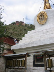 The stupa (<em>mchod rten</em>) at Dromt&ouml; (<em>'brom thod</em>) Monastery with Nyeng&ouml;n Puk (<em>gnyan dgon phug</em>) in the background.