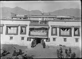 Main entrance of Rakgashar Mansion, near Jokhang temple, Barkor. Copyright Pitt Rivers Museum, University of Oxford 1998.285.116