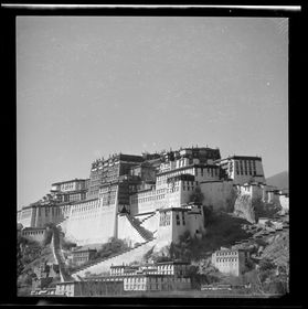 Potala from southeast with Zhöl wall. Copyright Pitt Rivers Museum, University of Oxford 2001.59.8.36.1