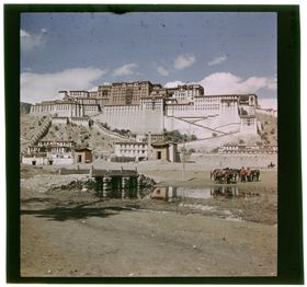 South face of Potala with Zhöl pillar, Khangser and Zhöl wall. Copyright Pitt Rivers Museum, University of Oxford 2001.59.8.67.1