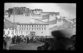 Dalai Lama's retinue in procession to the Norbu Lingka from the Potala. Copyright Pitt Rivers Museum, University of Oxford 2001.59.9.57.1