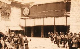 Main entrance to the Cho-khang